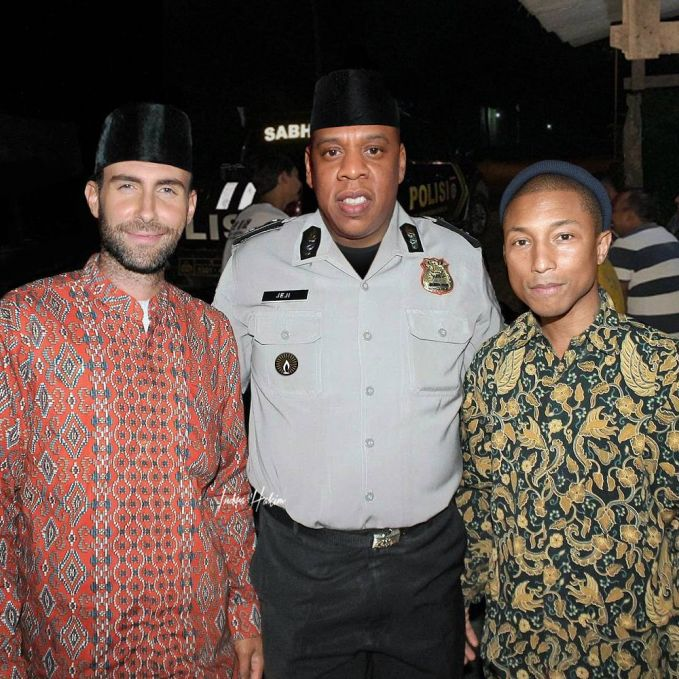 Jay-Z lagi ngawal Adam Levine sma Pharel Williams sholat Tarawih nih